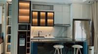 <p>Meja tersebut nantinya akan diletakkan di dekat dapur Syahnaz dan Jeje. Dapurnya sangat minimalis dengan perabotan modern. (Foto: YouTube Jeje & Nanas Channel)</p>
