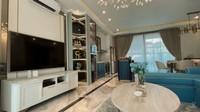 <p>Rumah baru Syahnaz dan Jeje memiliki interior yang didominasi oleh warna putih-beige. Sentuhan warna toska diberikan Syahnaz lewat sofa yang akan menjadi tempat berkumpulnya keluarga. (Foto: YouTube Jeje & Nanas Channel)</p>