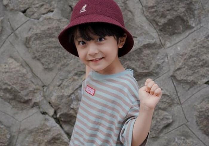Seo Woo Jin, namanya naik daun ketika ia memerankan anak perempuan dari Kim Tae Hee dalam drama Hi Bye, Mama. Yang paling mengejutkan, bocah dengan senyum manis ini ternyata merupakan seorang anak laki-laki, lho! / Foto: instagram.com/_angel_elijah_