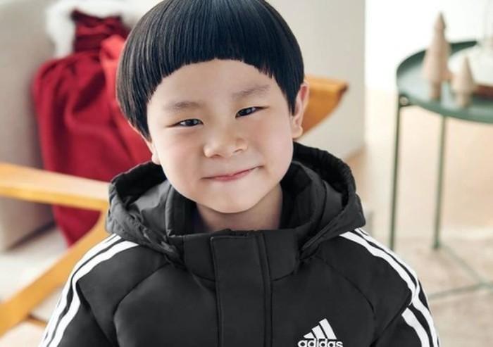 Siapa yang tidak kenal Kim Jun, pemeran Woo Joo, anak dari Joo Jung Suk dalam drama Hospital Playlist? Kim Jun dicintai oleh penonton berkat aktingnya yang polos dan menggemaskan juga, nih!/Foto: instagram.com/k_im_yul_jun