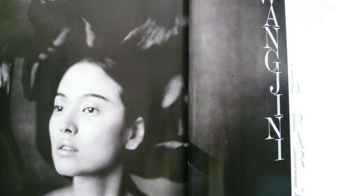 Selain itu, Song Hye Kyo juga menjadi artis Korea yang muncul sebagai cover majalah Vogue Korea di tahun 2007, lho! Dengan nuansa hitam putih, potret cantik Song Hye Kyo tetap terlihat menonjol, ya!/Foto: Paolo Roversi