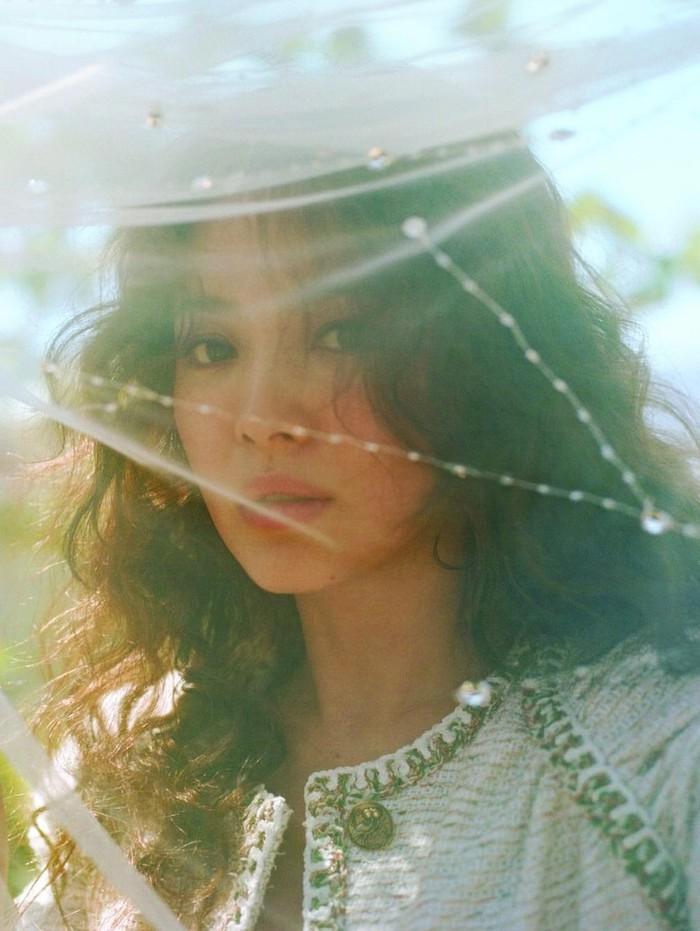 Dengan konsep yang dreamy, Song Hye Kyo juga tampil menawan dalam Vogue Korea 2017! Ia tampil beda dengan rambut curly dan riasan mata smokey eyes yang mempertegas bentuk matanya./Foto: hellokpop.com