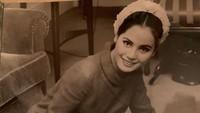 <p>Ratna Sari Dewi adalah istri Presiden Soekarno yang berdarah Jepang. Ia berstatus sebagai istri keenam ketika dipersunting Soekarno pada 1962 silam. Mereka dikaruniai putri bernama Karina Kartika Sari Dewi Soekarno. (Foto: Instagram @dewisukarnoofficial)</p>