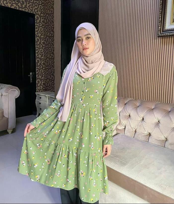 Henny Rahman dikenal sebagai seorang selebgram yang mempunyai paras cantik dan manis. Setelah menikah dengan Alvin Faiz yang merupakan anak dari almarhum Ustadz Arifin Ilham pada Sabtu (14/8), sosoknya kerap mencuri perhatian netizen. /Foto: instagram.com/hennyyrahman