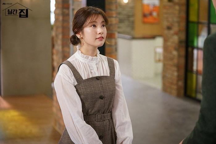 Kali ini editor Na menggunakan Hapjeong tube top dress dari brand AND YOU, berwarna coklat seharga 238 USD. Dressini ia kenakandengan menggunakan dalaman putih berlengan panjang yang chic. /Foto: mydramalist.com