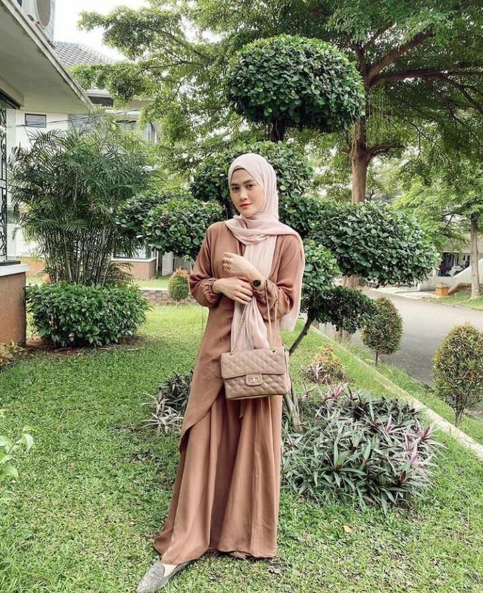 Sepertinya dia nggak pernah mati gaya. Henny sering kali berpose memakai hand bag untuk menambah pesona kecantikannya. Kali ini, ia tampak senada antara pakaian, hijab, dan tas yang dikenakan. /Foto: instagram.com/hennyyrahman