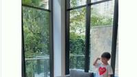 <p>Dalam video yang dibagikan lewat Instagram Story, bocah berusia 3 tahun itu langsung berdiri naik ke atas sofa sambil hormat ketika mendengar lagu <em>Indonesia Raya</em> yang diputar di TV. Sang adik, Mikhael juga terlihat seperti ingin melakukan hal yang sama. (Foto: Instagram @raphaelmoeiss)</p>
