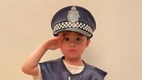 <p>Raphael Moeis juga sudah bisa menunjukkan sikap hormat sempurna. Tengok saja posenya ketika memakai seragam polisi. Gagah banget! (Foto: Instagram @raphaelmoeiss)</p>