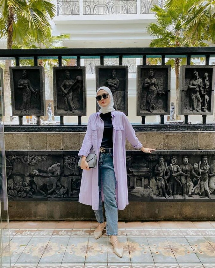 Sering mengunggah outfit sehari-hari di akun Instagram pribadinya, Henny Rahman kerap tampil sangat modis dengan memakai celana jeans, tunik yang dijadikan outer dan kacamata hitam. Masih cocok kalau dikatakan anakkuliahansaja ya, Beauties! /Foto: instagram.com/hennyyrahman