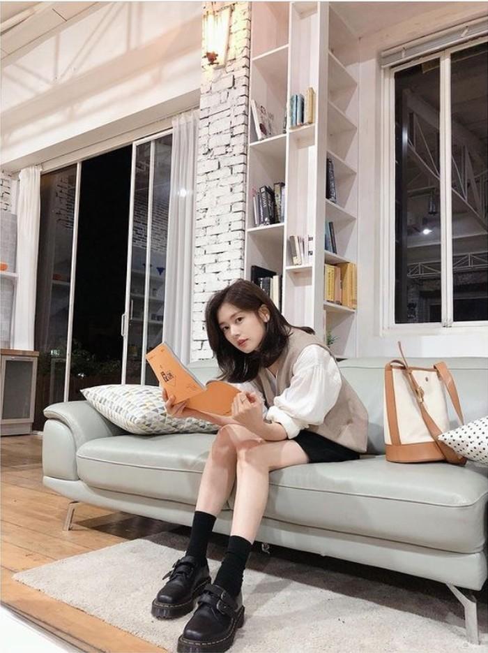 Tampil beda, Editor Na mengkombinasikan kemeja putih lengan panjang tanpa kerah dari brand Covetbland seharga 64500 Won dengan short pants berwarna hitam senada dengan warna sepatu dan kaus kakinya, nih Beauties/Foto: Instagram.com/somin_jj