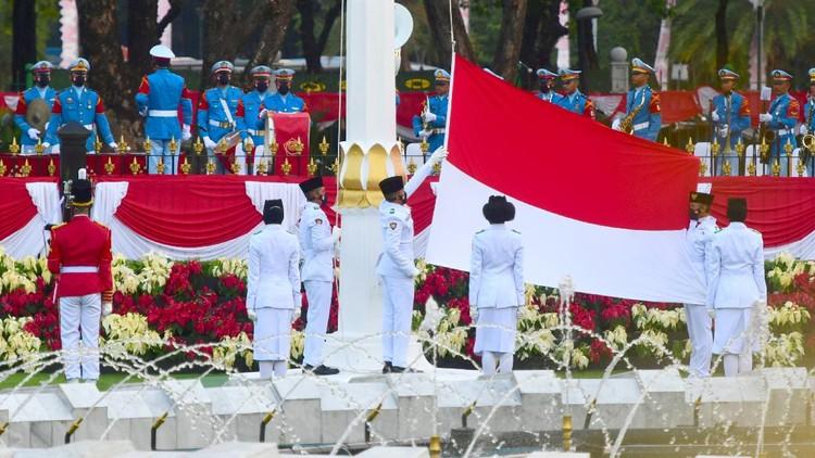 Pasukan Pengibar Bendera Pusaka menurunkan bendera Merah Putih saat upacara Penurunan Bendera Merah Putih dalam rangka HUT ke-76 Kemerdekaan RI di Istana Merdeka, Jakarta, Selasa (17/8/2021). ANTARA FOTO/Biro Pers Setpres/Muchlis Jr/sgd/aww.