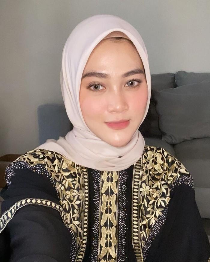 Alvin Faiz menikah lagi dengan Henny Rahman, yang diketahui mantan istri sahabatnya, Zikri Daulay. Henny Rahman bercerai dengan Zikri Daulay pada Maret 2021. (Foto keluarga artis/instagram.com/ hennyyrahman)