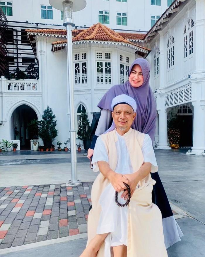 Ayah Alvin Faiz ialah Ustaz Muhammad Arifin Ilham. Arifin Ilham meninggal pada 22 Mei 2019. Sedangkan ibu Alfin Faiz adalah Wahyuniati Al Waly. (Foto keluarga artis/instagram.com/umi_yuni_syahla_aceh)