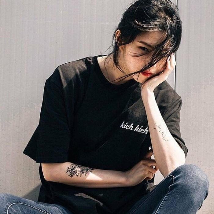 Nggak hanya itu, bahkan beberapa foto lama Han So Hee memperlihatkan jika dulunya ia bertato. Potretnya saat merokok pun kembali ramai dibahas oleh warganet. Namun, saat ini ia telah menghapus seluruh tatonya demi berkarir di dunia entertainment./Foto: pinterest.com