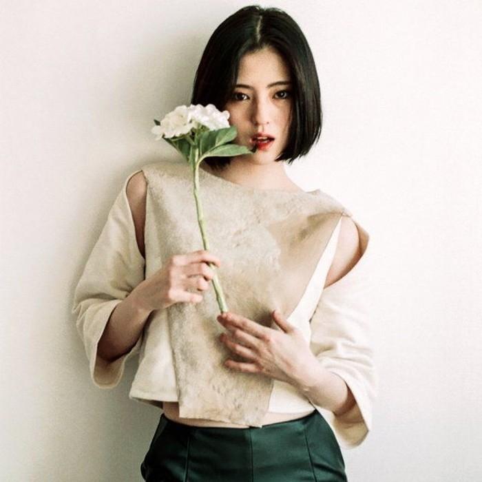 Bahkan netizen di Korea pun takjub melihat bekas tato di lengan Han So Hee yang terlihat mulus tak berbekas. Padahal, dulunya ia memiliki tato di kedua lengannya./Foto: pinterest.com
