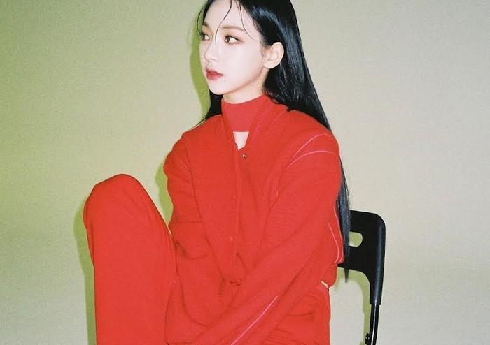 Dapat job pemotretan solo bersama The Glass Magazine, Karina menampilkan pesona dinginnya dengan balutan outfit warna merah. Dalam foto tersebut, ia terlihat menggunakan outfit serba merah sampai dengan lipstik yang digunakannya. (Foto: Instagram.com/aespa_official)