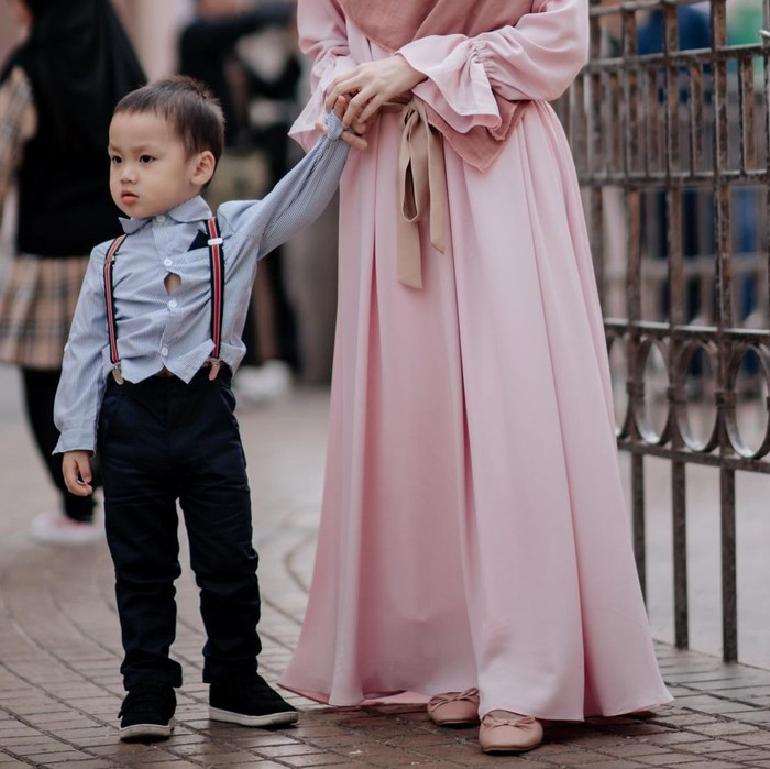Dari pernikahan sebelumnya antara Alvin dan Larissa Chou, keduanya memiliki satu anak laki-laki yang bernama Muhammad Yusuf Alvin Ramadhan. Saat ini Yusuf berusia 4 tahun. (Foto keluarga artis/instagram.com/larissachou)