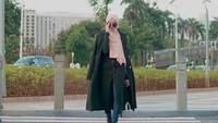 <p>Tak hanya itu, Wirda Mansur juga beberapa kali dalam fotonya, Wirda juga terlihat nyaman dengan <em>layering</em>. Ia memadukan coat atau blazer panjang, dengan slit tunic plus jeans. (Foto: Instagram @wirda_mansur)</p>