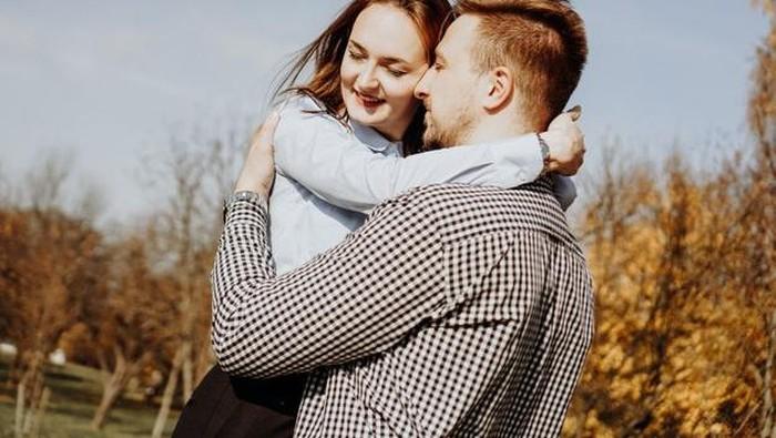 Beda Bahasa Cinta dengan Pasangan? 5 Kiat Ini Perlu Kamu Coba Agar Hubungan Kamu dan Pasangan Langgeng!