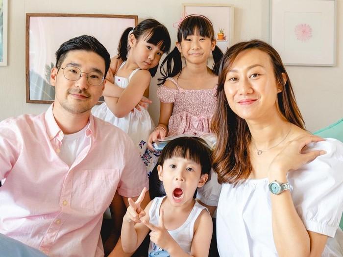 Lagi-lagi Kimbap Family menunjukkan bahwa tampil kompak tak harus seragam. Kali ini tema warma yang dipilih adalah pink dan putih. So cute! / Foto: Instagram/kimbabfamily