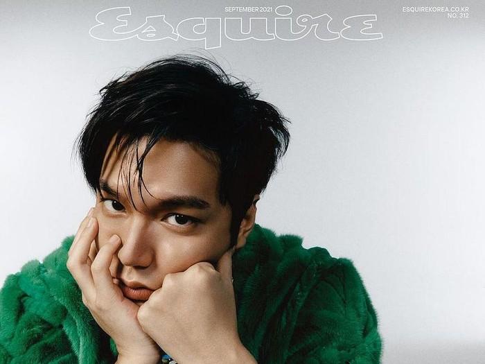 Memasuki usia 34 tahun, Lee Min Ho tetap tampil stylish dalam balutan outfit dari Louis Vuitton! Perpaduan jaket dengan bahan beludru berwarna hijau dan jam tangan model klasik, Lee Min Ho terlihat effortlessly stylish!/Foto: Park Jong Ha