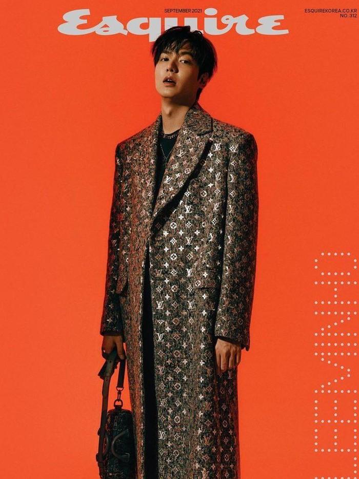 Background warna oranye terlihat kontras dengan penampilan chic dari Lee Min Ho ini. Dengan coat motif khas Luis Vuitton dan tas jinjing dengan motif senada, gaya Lee Min Ho yang satu ini keren banget ya, Beauties!/Foto: Park Jong Ha