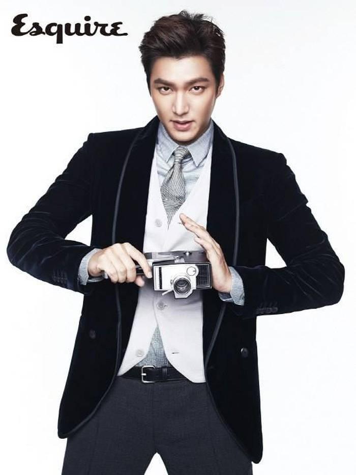 Di tahun 2013, Lee Min Ho juga muncul dalam cover majalah fashion Esquire ini, Beauties. Kala itu, ia tampil dengan preppy look yang cocok dengan image-nya sebagai flower guy. Meski sudah lewat beberapa tahun lamanya, Lee Min Ho tetap terlihat sama tampannya, ya!/Foto: fanpop.com