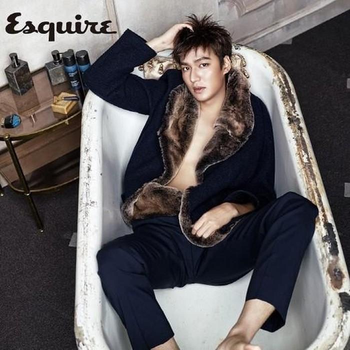 Berpose dalam bathtub dengan outfit yang classy, pesona aktor The King: Eternal Monarch dan Boys Before Flowers ini memang nggak ada tandingannya, Beauties!/Foto: kpopstarz.com