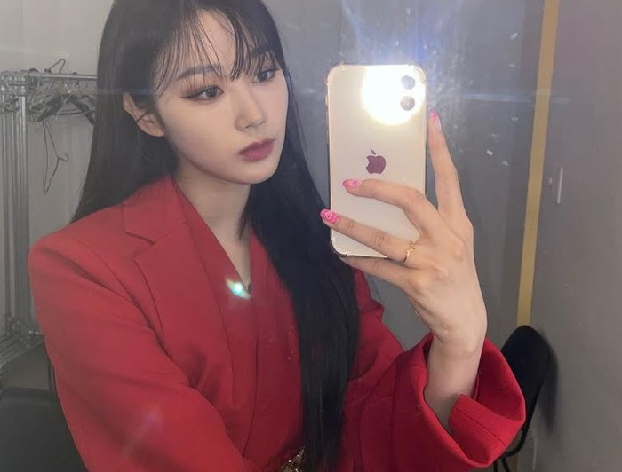 Masih dengan baju yang sama, Giselle juga sempat melakukan mirror selfie. Warna merah blus ini memancarkan aura elegan dalam diri Giselle.(Foto: Instagram.com/aespa_official)