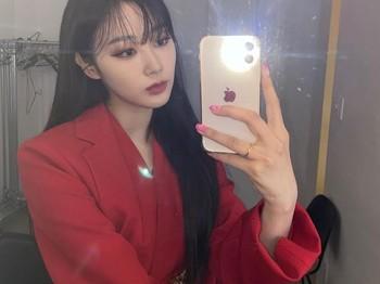 Tidak sedikit pula yang menilai penampilan Ningning bagai ratu yang datang dari era modern. Warna merah ini membuat penampilan Ningning jadi terlihat lebih cantik dan classy.(Foto: Instagram.com/aespa_official)