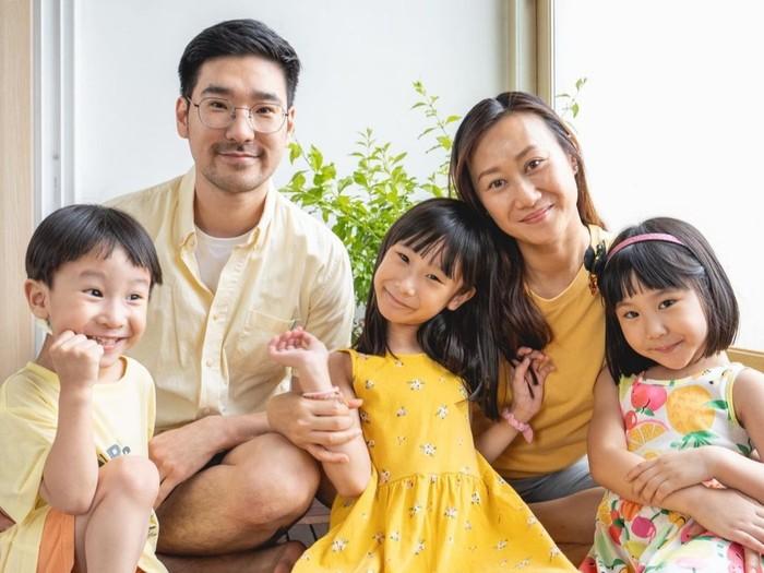 Memakai warna kuning membuat tampilan Kimbab Family terlihat cerah. Tak mesti pakai atasan kuning polos, Suji dan Yunji yang memakai dress kuning dengan pattern bunga membuat foto mereka terlihat playful. Foto: Instagram/kimbabfamily_official.