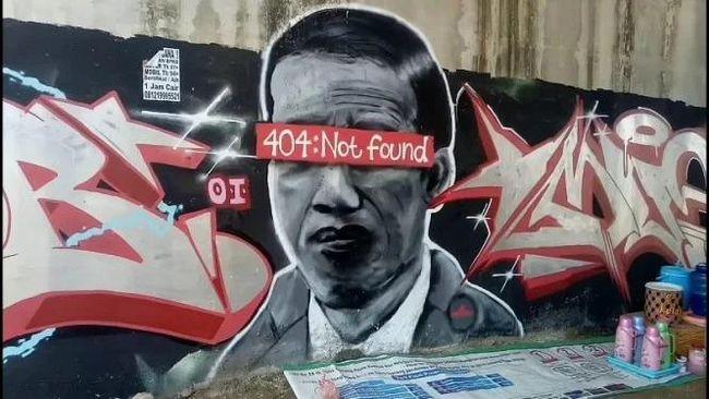 Pengusaha sablon di Tuban, Jawa Timur harus berurusan dengan polisi usai menawarkan baju bergambar mural 'Jokowi 404 Not Found' yang sempat viral.