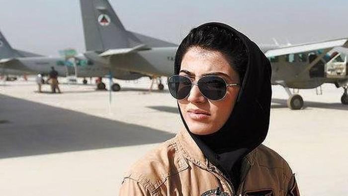 Niloofar menjadi simbol harapan bagi jutaan warga Afghanistan ketika muncul dalam media massa yang menyebutnya sebagai pencetak sejarah karena merupakan pilot perempuan pertama di negaranya pada 2013 lalu. Foto: Dok. Facebook Niloofar Rahmani
