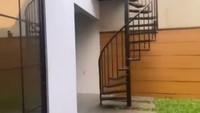 <p>Rumah Ifan Seventeen dan Citra Monica juga dilengkapi dengan halaman belakang yang minimalis. Terdapat sebuah tangga melingkar untuk menuju lantai dua. (Foto: Instagram @citra_monica)</p>