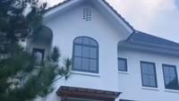 <p>Ifan Seventeen mewujudkan keinginan sang istri dengan membangun rumah bergaya Eropa.Arsitekturnya mengusung desain farmhouse yang kerap ditemukan di Prancis. (Foto: Instagram @citra_monica)</p>