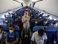 Kata Dokter soal Buka Masker di Pesawat untuk Makan