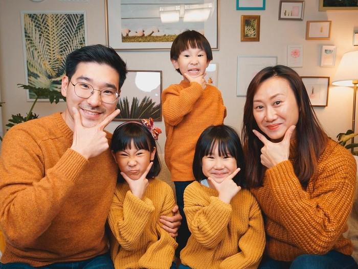 Sweater warnamustard membuat menjadi tema winter look ala Kimbab Family. Appa, Mama, dan Jio menggunakan rona mustard gelap, sementara Suji dan Yunji menggunakan shades lebih muda. Perbedaan ini membuat look mereka tak monoton. / Foto: Instagram/kimbabfamily_official