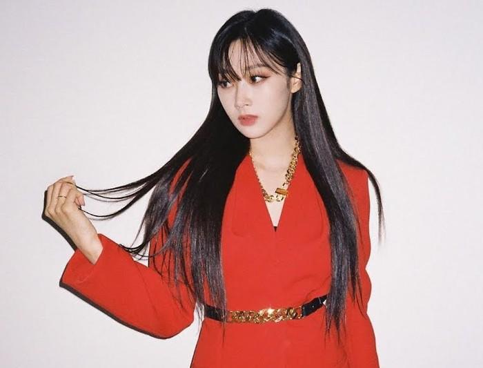Terlihat kalem dan misterius, Giselle tidak kalah mempesona dengan setelan merah ini. Bahkan fotonya tersebut sampai dibanjiri komentar penggemar yang memuji kecantikan idol Korea yang satu ini.(Foto: Instagram.com/aespa_official)