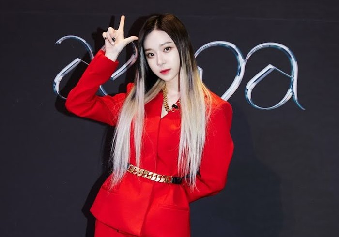 Winter sempat menghebohkan netizen ketika menghadiri press conference untuk comeback pertama aespa beberapa bulan lalu. Setelan blus merah terlihat menyatu sempurna di kulitnya yang putih. (Foto: Instagram.com/aespa_official)