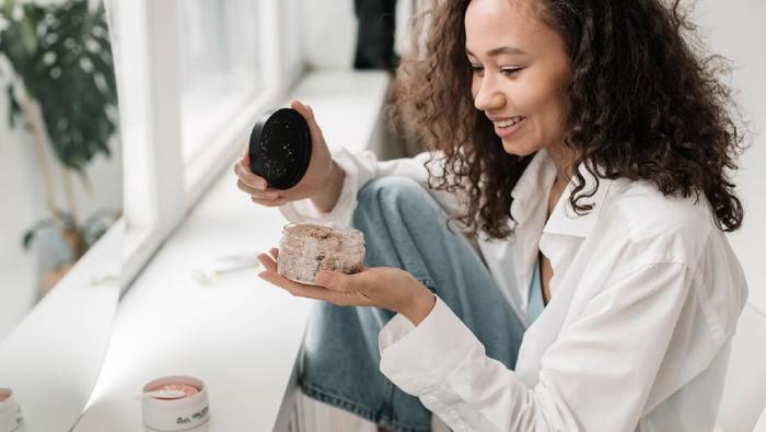 Tingkatkan Mood, Rajin Pakai Skincare Punya Manfaat Bagi Kesehatan Mental Lho!