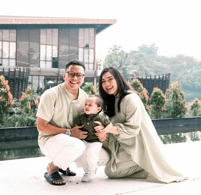 Kompak mengenakan baju berwarna hijau di hari raya, keluarga ini terlihat serasi! Gaya fashion keluarga Arief Muhammad beserta istri dan anak bisa menjadi inspirasi untuk kamu yang ingin tampil kompak bersama dengan keluarga, lho./Foto: Instagram.com/tiarapangestika