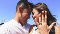 <p>Ia juga memperlihatkan cincin dengan mata yang besar tengah melingkar di jari manisnya, Bunda. Tak hanya itu, sebuket bunga mawar pun turut menjadi saksi momen momen bahagia Melanie. (Foto: Instagram: @melanieputria)</p>