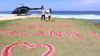 """<p>Aldico membawa Melanie ke sebuah pantai dan memperlihatkan sebuah tulisan """"Will you marry me Melanie?"""" berwarna pink dan merah. Wah, romantis banget ya, Bunda. (Foto: Instagram: @melanieputria)</p>"""