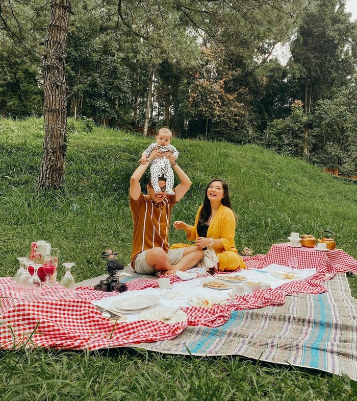 Mengusung konsep piknik, sang istri yaitu Tiara Pangestika merancang sebuah