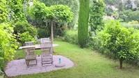 <p>Mengingat budaya orang Prancis yang suka menghabiskan waktu duduk di kebun, setiap kamar yang mereka sewakan memiliki kebun pribadi. (Foto: YouTube Mifta Bronchard)</p>
