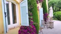 <p>Rumahnya yang di Cannes, Prancis begitu luas dan memang ada beberapa kamar yang disewakan untuk umum, Bunda. Rumahnya terdiri dari tiga level, kamar-kamar di level pertama dan kedua disewakan untuk umum. Sementara level ketiga terdapat area privat, yaitu rumah tinggal mereka. (Foto: YouTube Mifta Bronchard)</p>