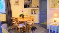 <p>Dalam vlog home tour, mereka menunjukkan beberapa kamar di rumah mereka, yang disewakan. Kamarnya seperti apartemen, memiliki dapur dan ruang tengah. (Foto: YouTube Mifta Bronchard)</p>