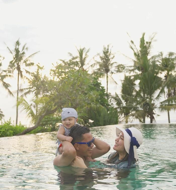 Suami dari Tiara Pangestika ini kompak menghabiskan waktu bersama dengan keluarga kecilnya untuk berenang. Sering disebut sebagai family goals, keluarga kecil ini berbagi canda tawa selagi berenang bersama!/Foto: Instagram.com/Tiarapangestika