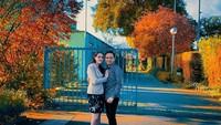 <p>Melewati pendekatan yang cukup panjang, Liz dan El pada akhirnya melangkah ke pelaminan. Kini mereka hidup bahagia di Belgia, Bunda. Tengok potret mesra mereka saat menikmati suasana musim gugur. (Foto: instagram @liz.belgia)</p>