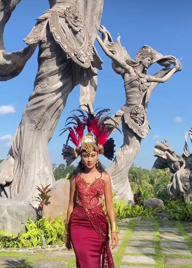 Penampilan Novia Bachmid memakai kostum daerah di Wonderland Indonesia tuai pujian. Yuk intip!